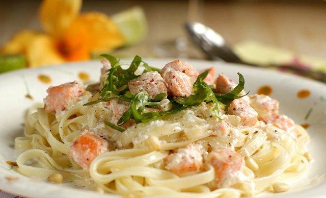 Спагетти с форелью в сливочном соусе