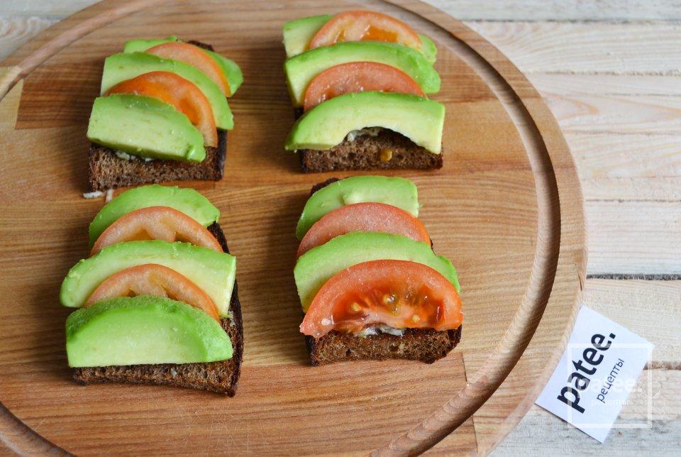 Теплые бутерброды с авокадо и острой заправкой