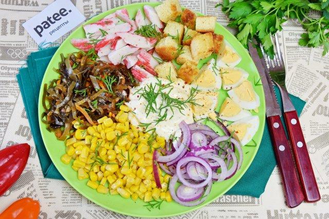 Салат с крабовыми палочками, морской капустой и сухариками