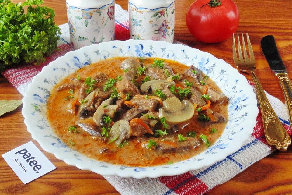 Свиная печень с грибами в соусе