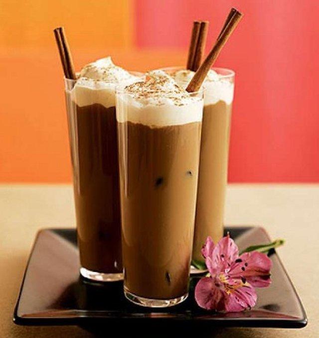 Коктейль из кофе и молока