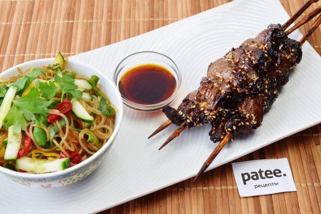 Китайский шашлык из говядины с салатом из лапши