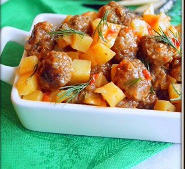 Мясные шарики тушёные с картофелем и помидорами в мультиварке