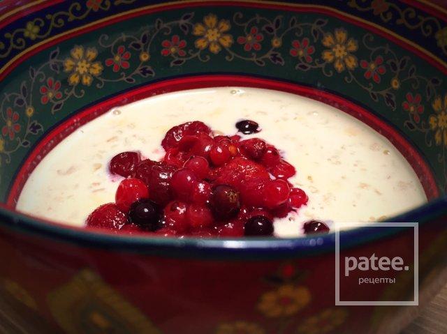 Овсянка на топленом молоке с ягодами