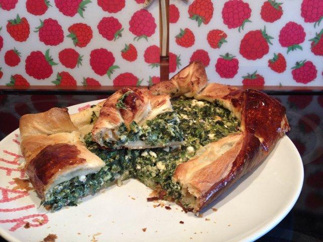 Открытый пирог со шпинатом и брынзой
