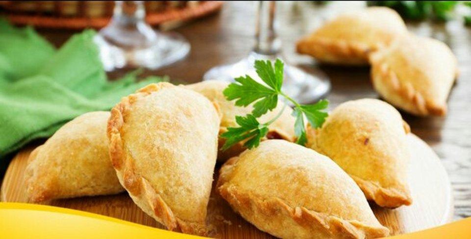 Хрустящие закусочные пирожки с помидорами и брынзой