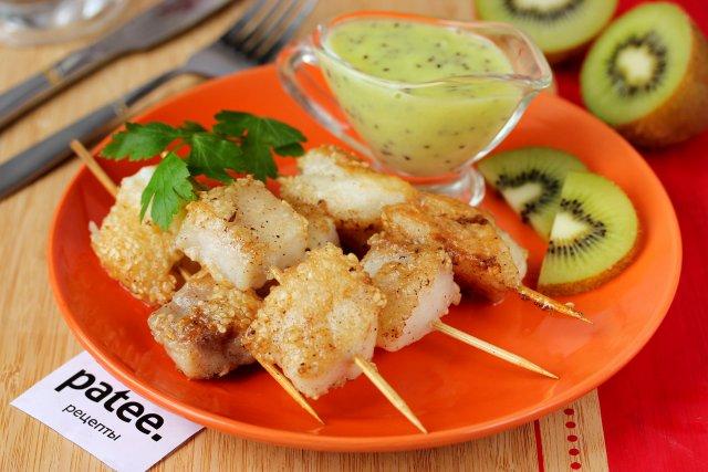 Рыба на шпажках с соусом из киви