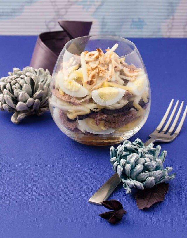 Салат-коктейль с отварной телятиной и фундуком