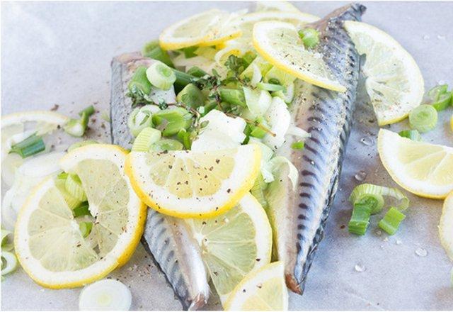Скумбрия, запечённая в духовке с лимоном и пряностями