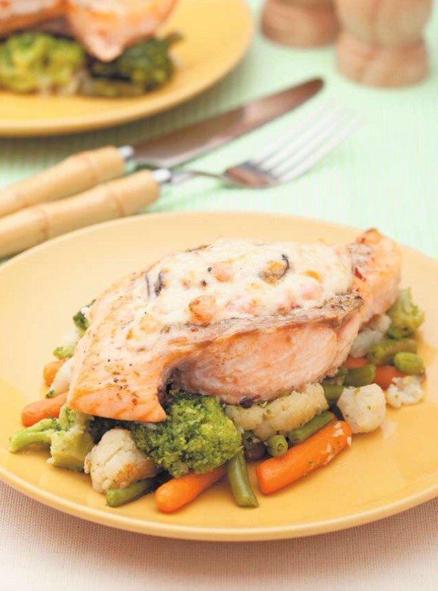 Лосось, припущенный со сливочным соусом и морепродуктами