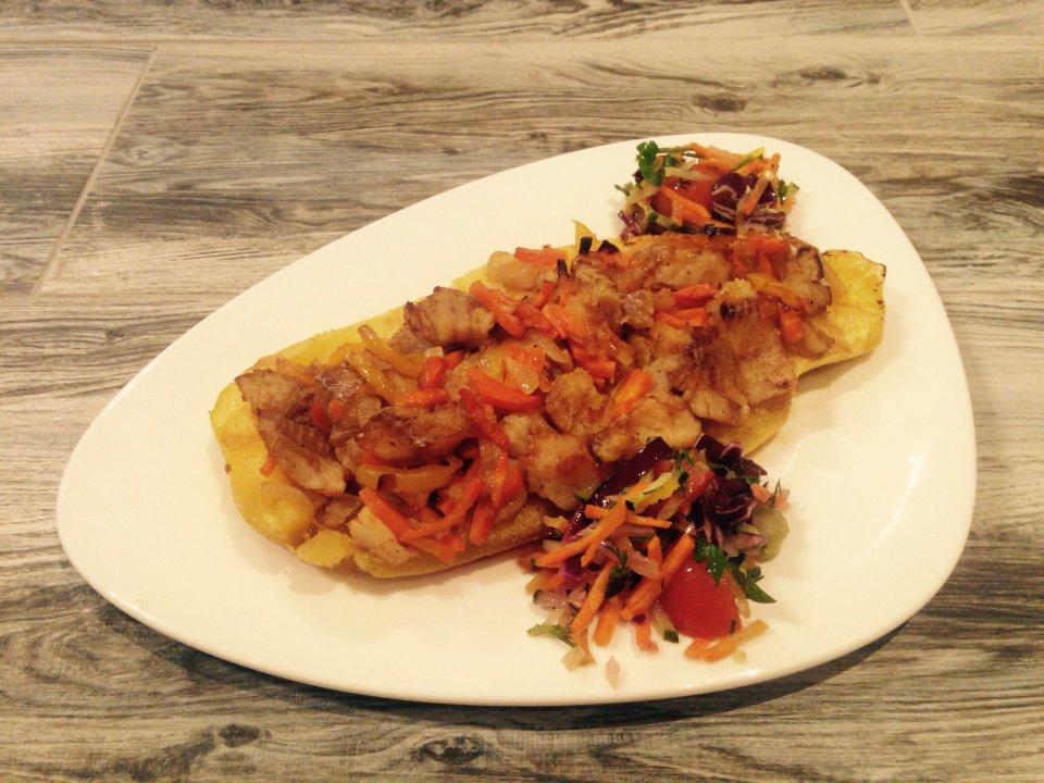 Запечённый кабачок с филе трески и овощами