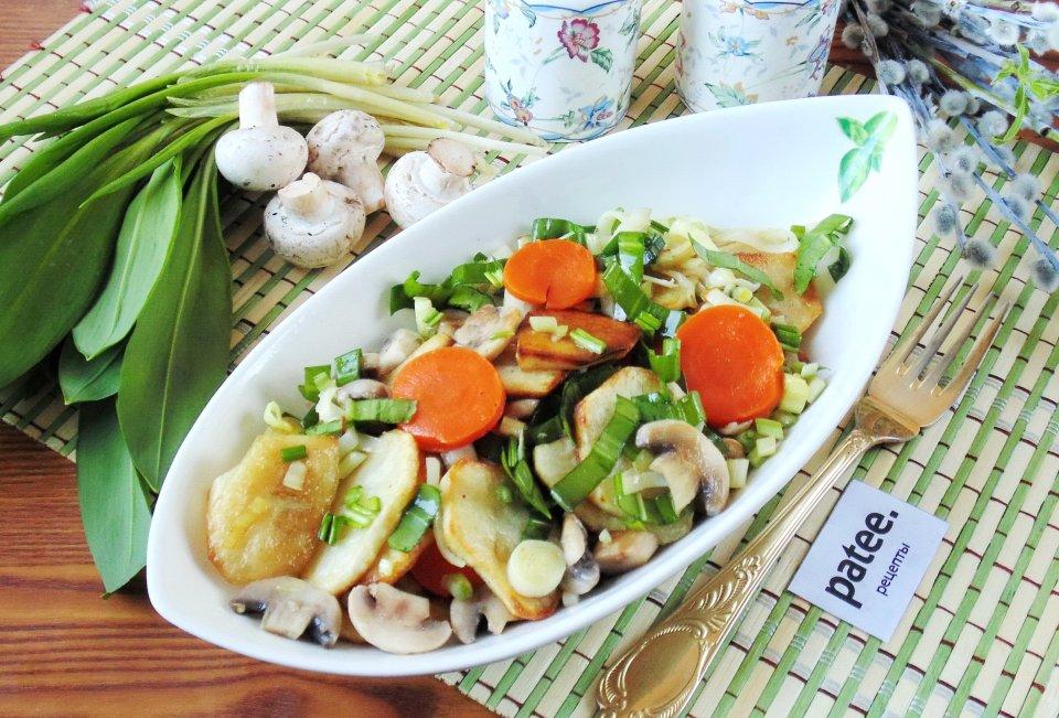 Теплый салат с картофелем, грибами и черемшой