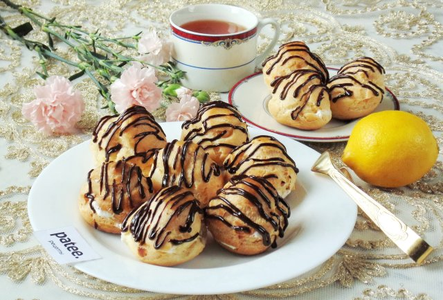 Заварные пирожные со сливками и шоколадом