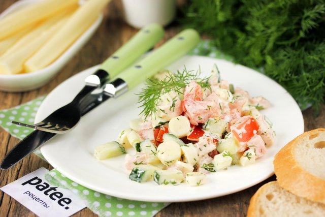 Салат с колбасой, сулугуни и овощами