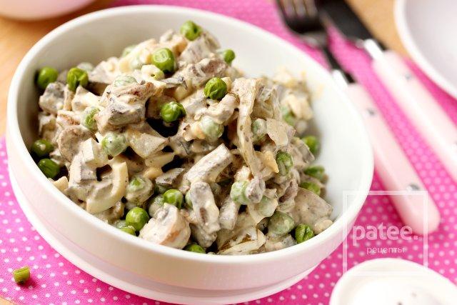 Салат с печенью, зелёным горошком и солёными огурцами