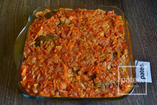 Карп запеченный в томатном соусе с овощами