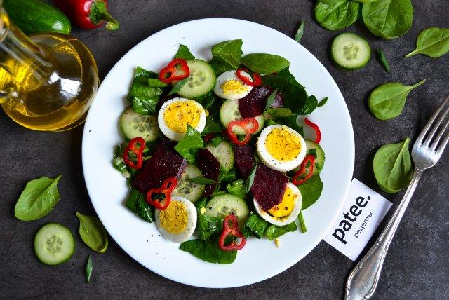 Салат со свеклой, шпинатом и яйцом.