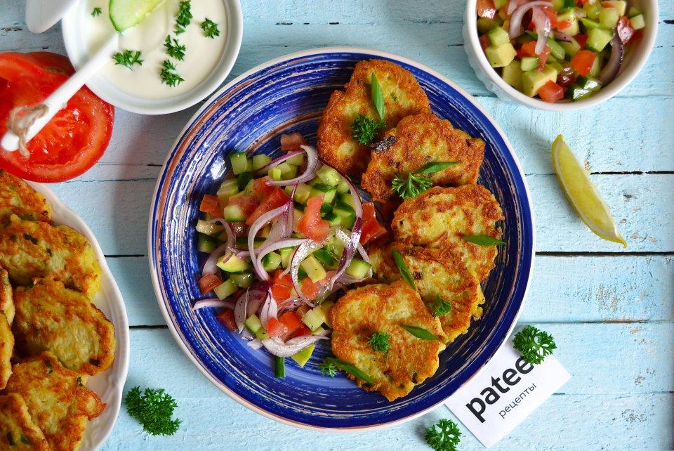 Драники с зеленым луком и овощным салатом