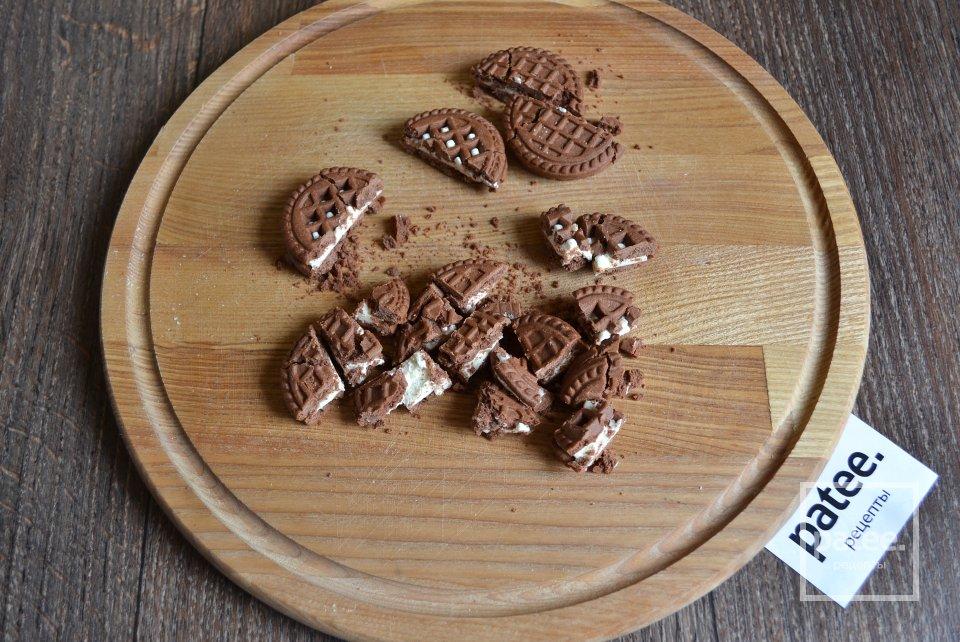 Десерт из песочного печенья, маршмэллоу и карамельного крема
