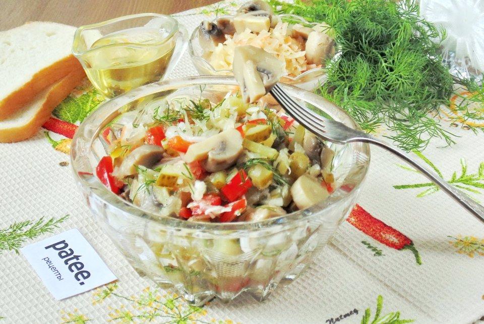 Салат с маринованными грибами и квашеной капустой