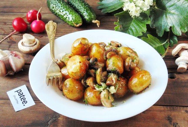 Молодой картофель с грибами и чесноком
