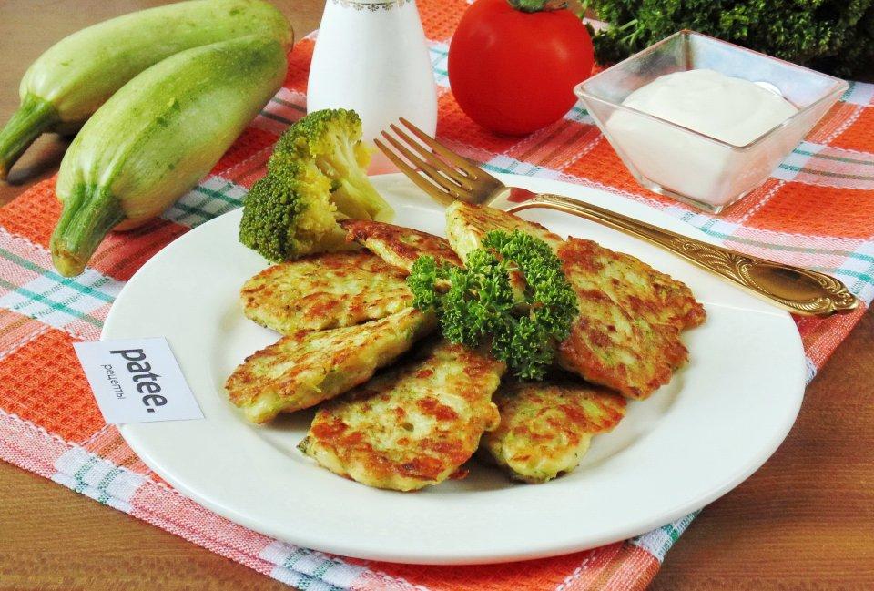 Кабачковые оладьи с брокколи и сыром