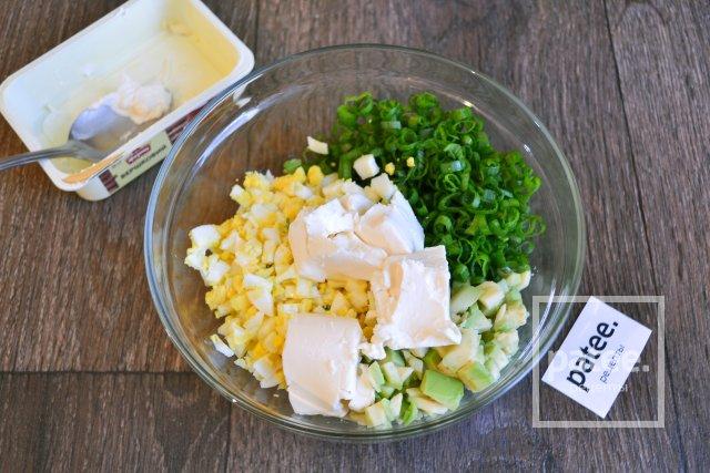 Закусочные рулетики из кабачка с начинкой из авокадо и сыра