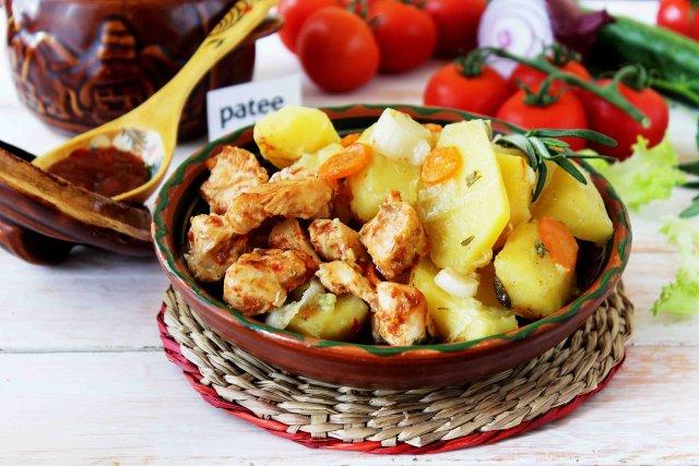 Куриная грудка с картофелем в горшочке