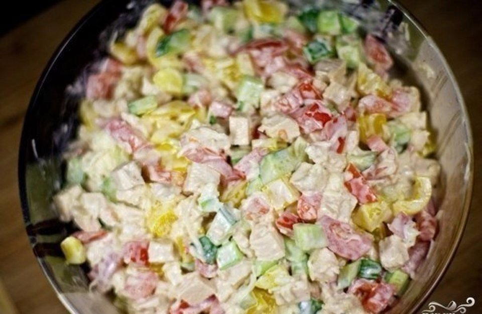 Салат с курицей и овощами.