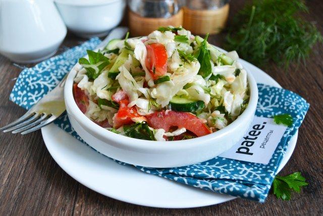 Салат с капустой, помидорами и сметаной