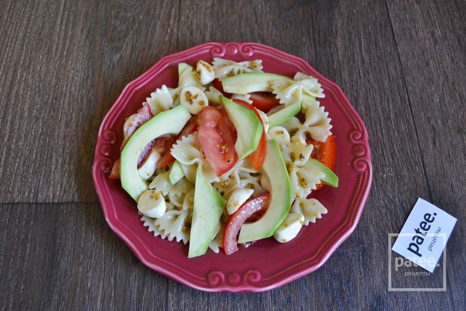 Теплый салат с фарфалле, помидорами и моцареллой