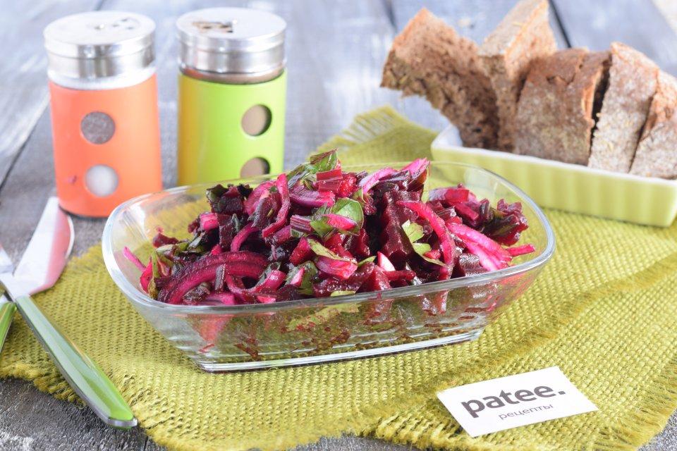 Греческий салат со свекольной ботвой