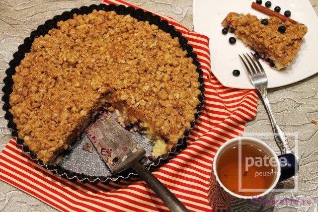 Черничный пирог с крошкой, козьим сыром и медовой глазурью