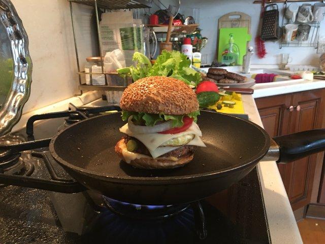 Бургер с говяжьей котлетой и яйцом Ням-Ням!