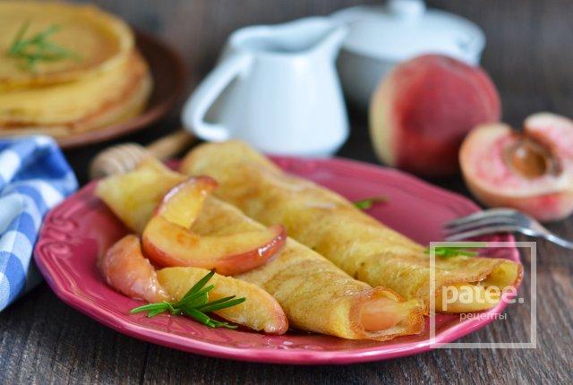 Блины с карамельными персиками