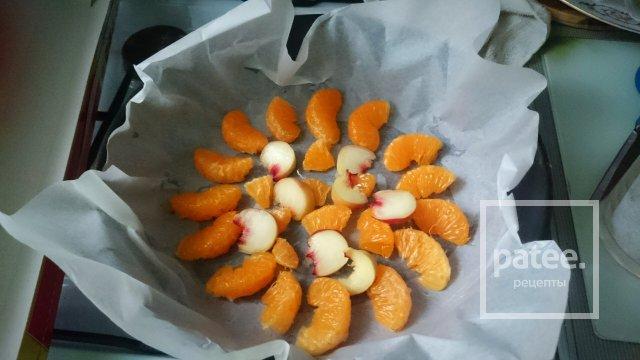 Бисквит с мандаринами и персиками