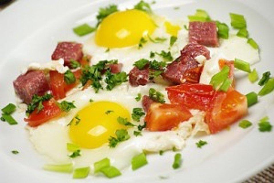 Вкусная и быстрая яичница с сосисками ,помидорами и зеленью.