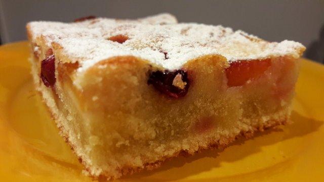 Вишнёво-персиковый пирог с молочной заливкой.