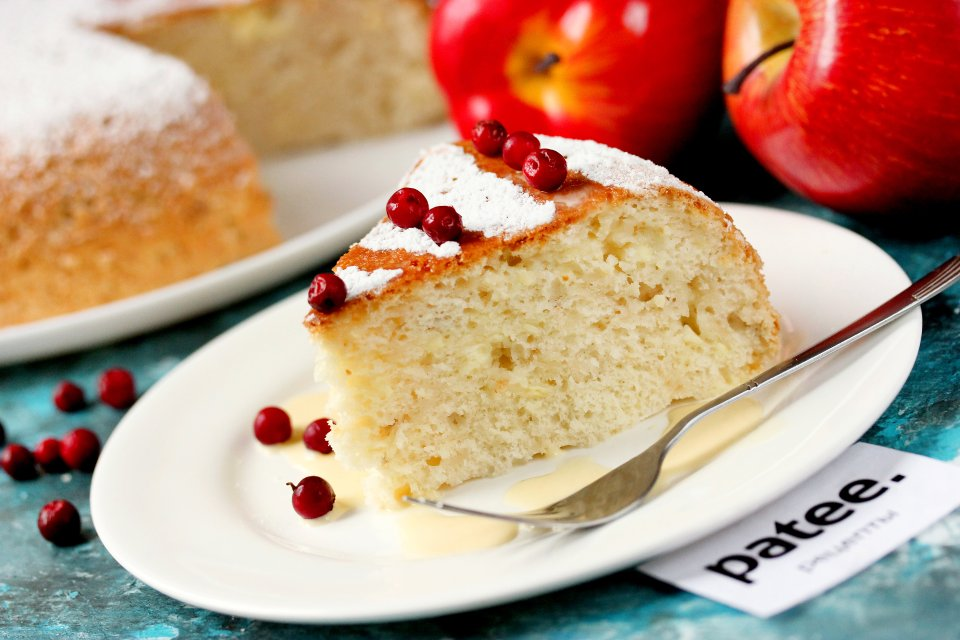 Бисквитный пирог с творогом и яблоками