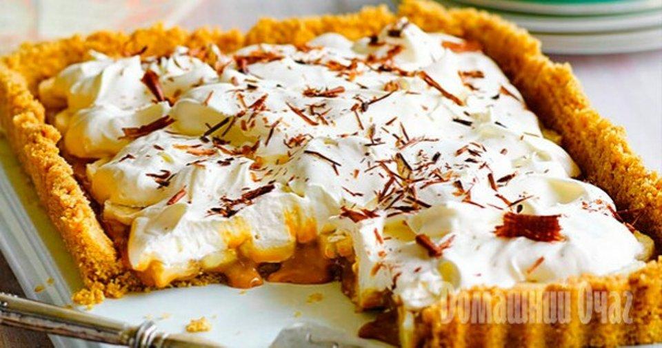 Простой пирог без выпечки со сгущенкой, бананами и песочным печеньем – баноффи