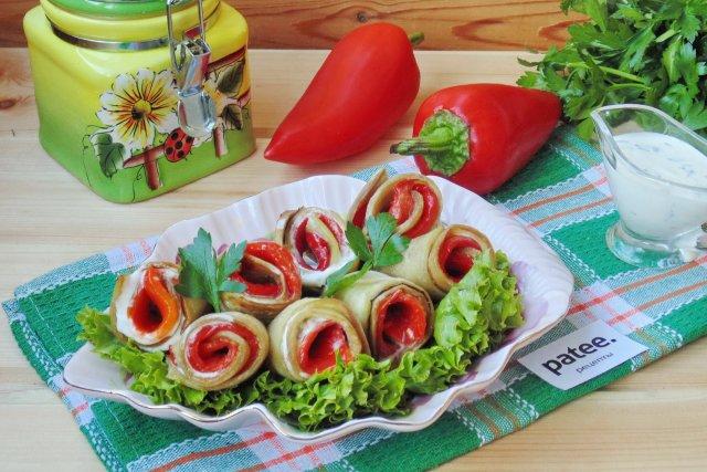 Рулетики из баклажанов с красным перцем