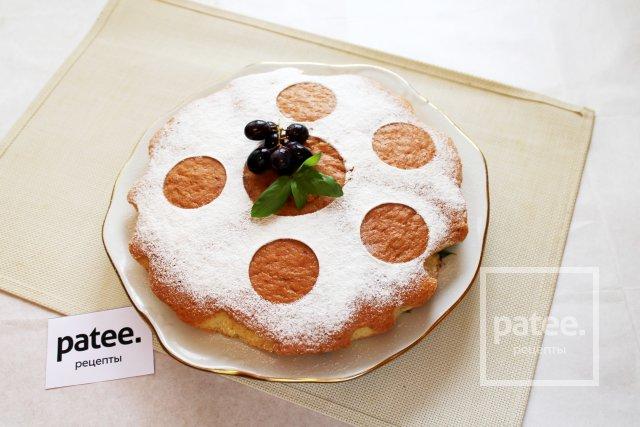 Шарлотка бисквитная с виноградом