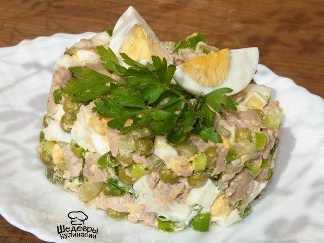 рецепт салатов с печенью трески и маринованным луком