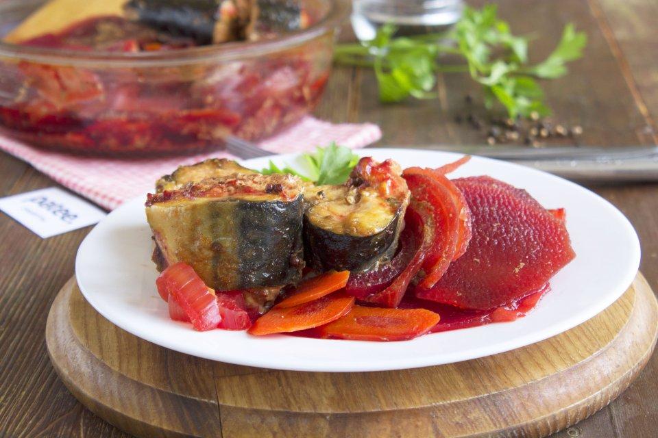 Скумбрия, тушеная со свеклой, морковью и луком