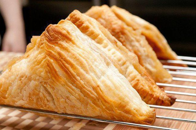 Франция, 17-тый век. Клавдий Геле изобрел слоеное тесто. Ингредиенты легко было найти на любой кухне, но секрет долго был скрыт от кулинаров. А сегодн