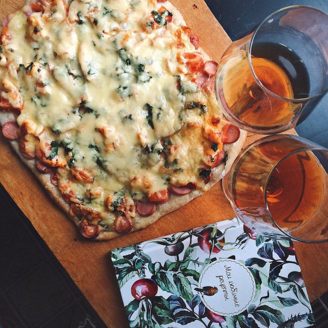 Пицца на пышном дрожжевом тесте