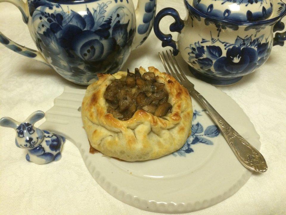 Слоёные пирожки с рыбой, грибами и рисом.