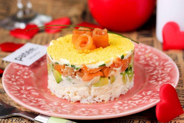Салат с сёмгой, авокадо и рисом