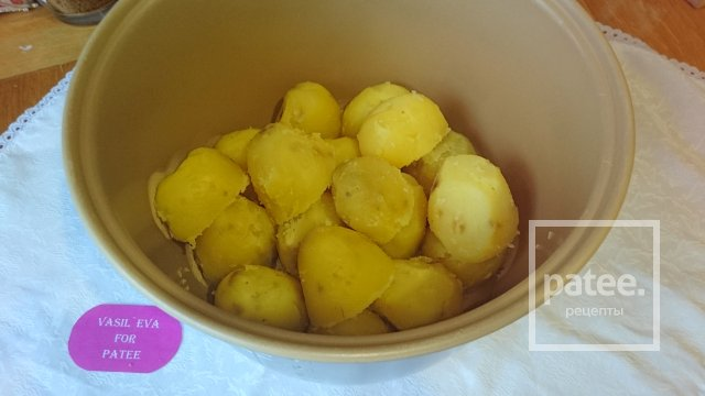 Запеченный в сметанном соусе картофель с чесноком