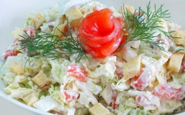 салат с красной копченой рыбой и помидорами рецепт сухариками